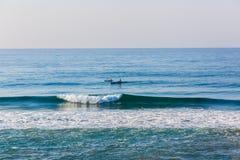 海浪滑雪乘独木舟的天际蓝色 免版税图库摄影