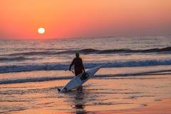 海浪滑雪独木舟桨手日出输入的海洋 库存图片