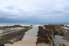 海浪` s在攫夺者岩石 库存照片