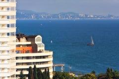 黑海海岸的美好的风景夏天风景在索契市 与旅馆的鸟瞰图和航行在一个晴天乘快艇 免版税库存照片