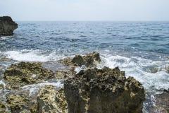 海海浪和岩石 免版税图库摄影