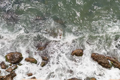 海海浪和石头 图库摄影