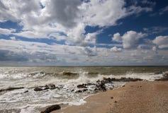 海海浪在一个大风天 免版税库存照片