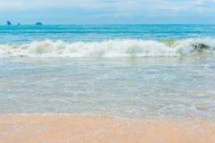 海海浪,与柔和的沙子, Krabi手段的美丽的海滩 图库摄影