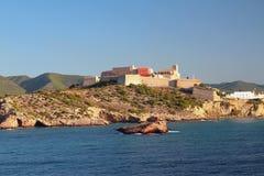 海海湾、古老堡垒和城市 Ibiza,西班牙 免版税库存照片