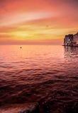 海海湾、老海洋镇多云天空和房子看法  免版税库存照片