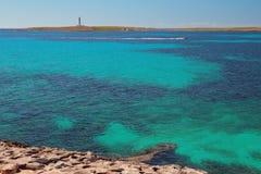 海海湾和海岛有烽火台的 蓬塔Prima,梅诺卡岛,西班牙 库存图片