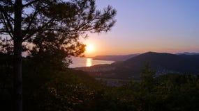 黑海海湾和moiuntains的美好的风景在日落的晚上 Tuapse地区,俄罗斯 免版税库存图片