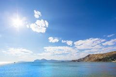海海湾在反对多山背景的一个晴天 库存照片
