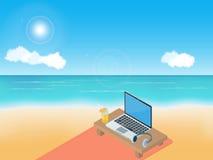 海海滩、膝上型计算机和耳机 免版税库存照片