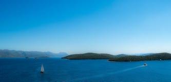 海海洋与小船的全景视图 免版税库存照片