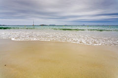 海海滩在多云天在Perros-Guirec,布里坦 图库摄影