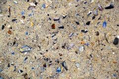 海海滩沙子的五颜六色的照片与很多颜色打破的壳的 免版税图库摄影