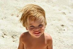 海海滩的微笑的男孩 免版税库存图片