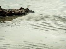 海海滩的纹理与岩石的 免版税库存图片