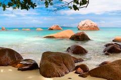 海海滩蓝天沙子太阳白天放松设计明信片和日历的风景观点 库存照片