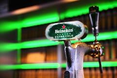 海涅肯啤酒轻拍 库存照片
