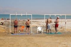 死海游泳在以色列 免版税库存图片