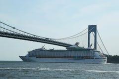 海游轮的皇家加勒比探险家在Verrazano桥梁下 免版税库存图片