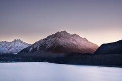 海湾、湖和山的看法在Aoraki Mt 厨师国民 免版税图库摄影