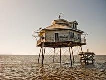 海湾中间房子的光 免版税库存照片