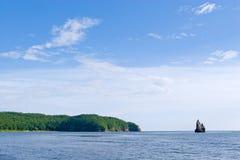 海湾偏僻的岩石 免版税库存照片