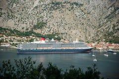 海湾和一艘巨型船在黑山 免版税库存照片