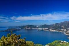 海湾和城市 山和绿色树 库存照片