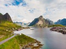 海湾和山风景 海岛lofoten挪威 免版税库存图片