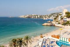 海湾和旅馆的全景与海滩的在马略卡 免版税库存图片