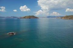海湾和海岛在爱琴海 Yaniklar, Mugla,土耳其 免版税库存照片
