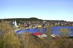 海湾和海岸的看法与村庄房子 免版税库存照片