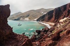 海湾和美丽的红色海滩的看法 免版税库存图片