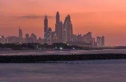 海湾和迪拜小游艇船坞摩天大楼的看法日落的 免版税库存照片