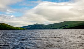 海湾在多云夏天天气,中央苏格兰的Tay风景 免版税库存照片