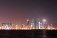 海湾多哈晚上西方卡塔尔的场面 库存照片