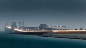海湾多雨桥梁的夜间 免版税库存图片