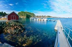 海湾小游艇船坞在有放置在船坞的渔船的挪威 免版税库存照片