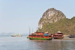 海湾小船巡航的halong 图库摄影