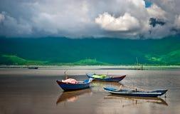 海湾小船木平静的越南 库存照片