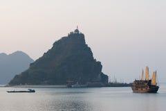 海湾小船halong海岛北越南 库存照片