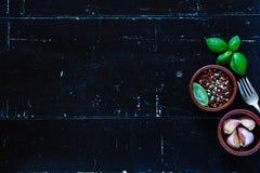 海湾小豆蔻大蒜草本叶子胡椒迷迭香盐加香料香草 免版税图库摄影