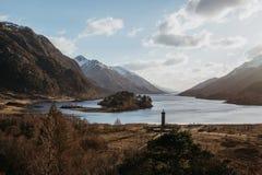 海湾希尔斯和在Glenfinnan,因弗内斯郡,苏格兰附近的苏格兰风景的看法 库存照片