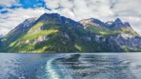海湾挪威kjerag的山 免版税库存照片