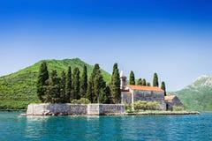 海湾教会gospa海岛kotor montenegro od夫人我们的perast晃动skrpjela 免版税库存照片
