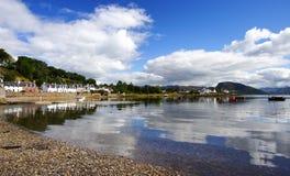 海湾日晴朗plockton的夏天 免版税库存图片