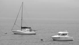 海湾有薄雾的苏格兰游艇 免版税图库摄影