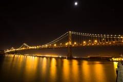 海湾桥梁和月亮 免版税库存照片