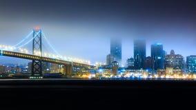 海湾桥梁在晚上 免版税图库摄影