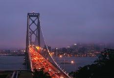 海湾桥梁在晚上 库存照片